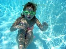 Mädchen auf der Unterseite eines Pools Stockfotos