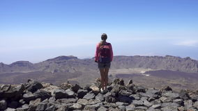 Mädchen auf die Oberseite eines Berges stock video footage