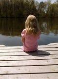 Mädchen auf Dock Lizenzfreie Stockfotos