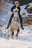 Mädchen auf Dressagepferd im Winter Lizenzfreie Stockfotos