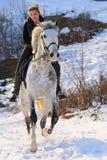 Mädchen auf Dressagepferd im Winter Stockbilder