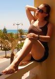 Mädchen auf einem Balkon Stockfotografie