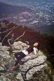 Mädchen auf einem Berg Stockbild