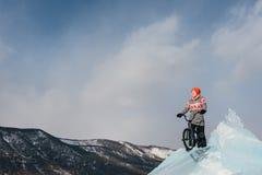Mädchen auf einem bmx auf Eis Stockbild