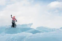 Mädchen auf einem bmx auf Eis Stockfotografie