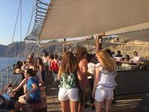 Mädchen auf einem Boot in Santorini lizenzfreie stockbilder