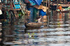 Mädchen auf einem Bootsschwimmen Stockbild