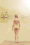 Mädchen auf einem Dock bereit zu schwimmen Stockbild