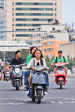 Mädchen auf einem Efahrrad im Stadtzentrum, Kunming, China Stockfoto