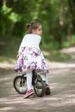 Mädchen auf einem Fahrrad Stockbild
