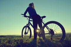 Mädchen auf einem Fahrrad lizenzfreie stockbilder