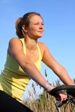Mädchen auf einem Fahrrad Lizenzfreie Stockfotografie
