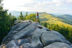 Mädchen auf einem Felsen Stockfoto