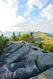 Mädchen auf einem Felsen Stockfotografie