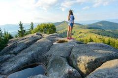 Mädchen auf einem Felsen Stockbild