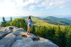 Mädchen auf einem Felsen Lizenzfreies Stockbild