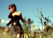 Mädchen auf einem Gebiet lizenzfreies stockfoto