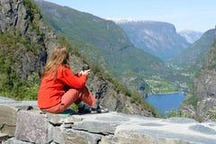 Mädchen auf einem Geländer Lizenzfreies Stockfoto