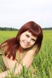 Mädchen auf einem grünen Feld Lizenzfreie Stockfotografie