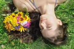 Mädchen auf einem grünen Gras Stockbild