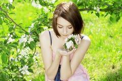 Mädchen auf einem Hintergrund der blühenden Bäume lizenzfreie stockfotos
