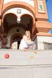 Mädchen auf einem Hintergrund der orthodoxen Kirche Stockfotografie