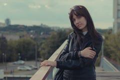 Mädchen auf einem Hintergrund der Stadt Lizenzfreie Stockfotos