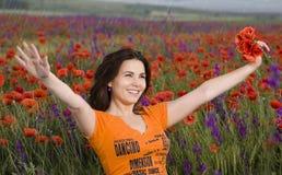 Mädchen auf einem Mohnblumefeld Stockfoto