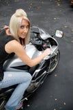 Mädchen auf einem Motorrad Stockbild