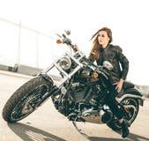 Mädchen auf einem Motorrad lizenzfreies stockfoto