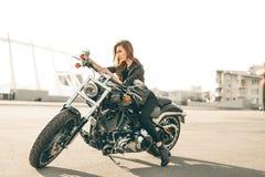 Mädchen auf einem Motorrad stockbilder