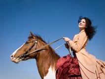 Mädchen auf einem Pferd lizenzfreie stockbilder