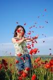 Mädchen auf einem roten Mohnblumefeld stockbilder