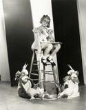 Mädchen auf einem Schemel mit Spielwaren Stockfoto