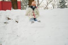 Mädchen auf einem Schlitten, der im Schnee spielt Stockfoto