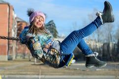 Mädchen auf einem Schwingen. lizenzfreies stockbild