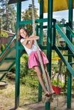 Mädchen auf einem Schwingen Stockbild