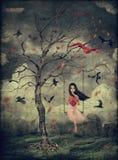 Mädchen auf einem Schwingen im Holz Stockfotos