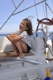 Mädchen auf einem Segelboot stockfoto