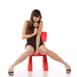 Mädchen auf einem Spielzeugstuhl Lizenzfreies Stockbild