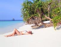 Mädchen auf einem Strand Lizenzfreie Stockfotos