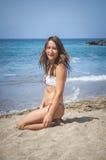 Mädchen auf einem Strand stockbild