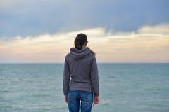 Mädchen auf einem Strand Lizenzfreie Stockbilder