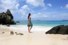 Mädchen auf einem Strand in den Karibischen Meeren Stockbild