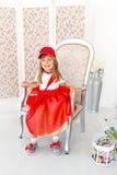 Mädchen auf einem Stuhl Stockfotos