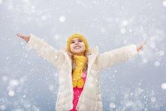 Mädchen auf einem Weg des verschneiten Winters stockfoto