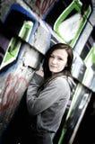 Mädchen auf einer Graffitiwand lizenzfreie stockfotografie