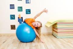 Mädchen auf einer gymnastischen Kugel Lizenzfreies Stockbild