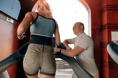 Mädchen auf einer Tretmühle mit einem Trainer stockfotografie