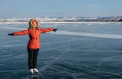 Mädchen auf Eislauf auf dem offenen Eis auf dem See Stockfotografie